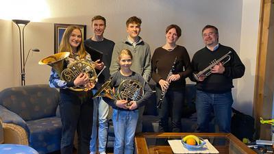 Gruppe Menschen Familie Steppe mit Instrumenten