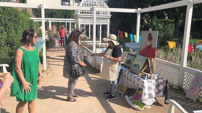 Vormalen im Rosengarten  Bei Vincenzina Latucca (mit Strohhut) konnte der Malprozess eines Gemäldes live mitverfolgt werden.