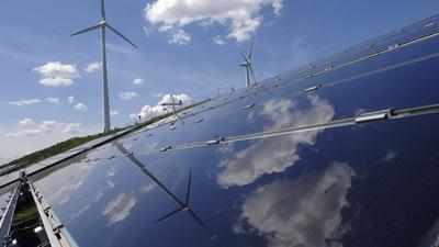 4284 / Solar und Windenergie im Solarpark-1: EUROPA, DEUTSCHLAND, BADEN-WUERTTEMBERG, KARLSRUHE, (EUROPE, GERMANY),07.06.2006: Der -Solarpark I- ist im Herbst 2005 auf der Muelldeponie im Westen Karlsruhes entstanden. Neben den Photovoltaikanlage erzeugen drei Windkraftanlagen Strom aus erneuerbaren Energiequellen. - Gustavo Alabiso / VISUM - Stichworte: Europa, Deutschland, Baden, Wuerttemberg, Karlsruhe, Solarenergie, Solar, Solarzelle, Solarproduktion, Solarfabrik, Solarpark, Solaranlage, Solardach, Energie, Strom, Regenerative, Energie, Alternative, Energie, Fotovoltaik, Sonne, Waerme, Module, Licht, Waermespeicher, Haushalt, Haushalte, Verbrauch, Verbraucher, Energieverbrauch, Stromverbrauch, Kraftwerk, Kraftwerke, Hochspannung, Wirtschaft, Technik, Oekologie, Umwelt, Umweltfreundlich, Einspeisung, Klima, Klimaschutz, Klimakatastrophe, Klimawandel, Erderwaermung, Photovoltaik, Anlage, Luft, Rad, Wind, Windenergie, Windkraft, Windrad, Windraeder, Bewegung, bewegen, Energiegewinnung, alternativ, alternative, Energie, Gewinnung, Wirtschaft, Windkraftanlage, Wolken, Himmel, Spiegel, Spiegeln.