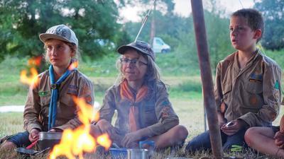 Drei Kinder am Lagerfeuer