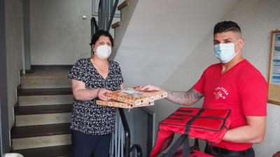 Pizzalieferdienst mit Kundin