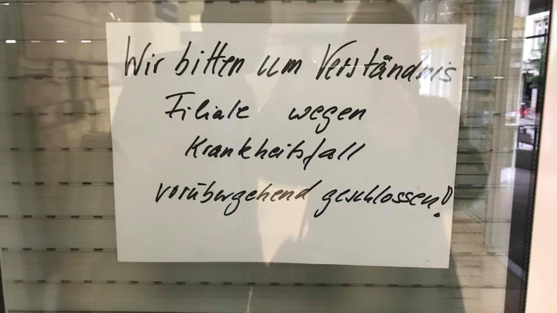 Wegen Krankheit geschlossen: Zettel wie diesen, den eine Facebook-Nutzerin in dem sozialen Netzwerk gepostet hat, haben die Kunden an der Ettlinger Hauptpost dieses Jahr häufiger entdeckt.