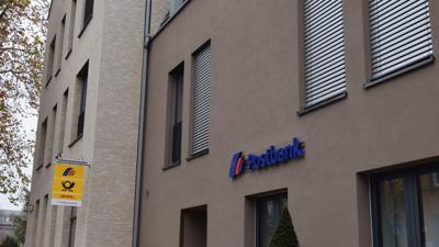 Außenansicht des Gebäudes der Postbank in Ettlingen.