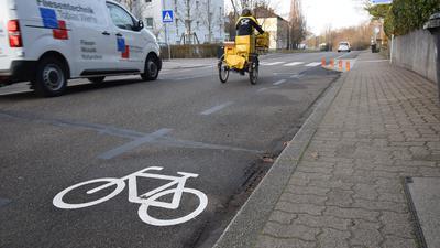 Angststelle für Radfahrer: An neu angelegten Zebrastreifen in der Rheinstraße müssen sie auf die Fahrbahn in den fließenden Verkehr ausscheren.