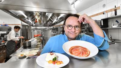 Ralph Knebel steht in der Küche des Erbprinz und schaut nachdenklich über sein Dessert hinweg in die Kamera.