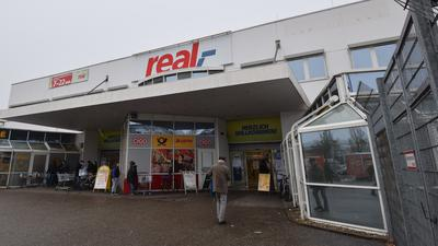 Übernahme steht wohl bevor: Wird aus dem Real-Markt in der Zehntwiesenstraße bald ein Kaufland? Werbeschilder für den Räumungsverkauf deuten darauf hin.