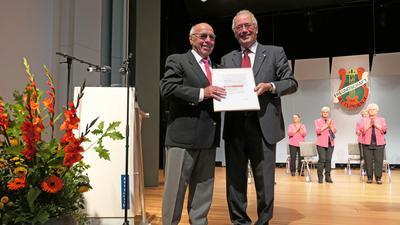"""Ausdauernde Stimme: Werner Reich (links) wurde für 70 Jahre Chorgesang bei der """"Freundschaft Ettlingen"""" geehrt – Josef Offele (rechts), Präsident des Badischen Chorverbandes und ehemaliger Ettlinger Oberbürgermeister, übergab die Urkunde."""