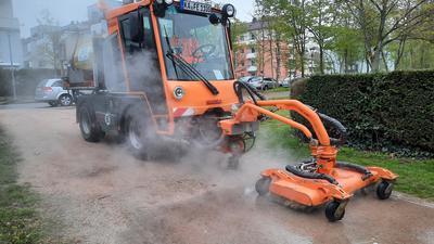 """Mit Dampf gegen Unkraut: Das """"Heißwassergerät"""" des Baubetriebshofs Ettlingen befreit Rinnsteine im ganzen Stadtgebiet von Wildwuchs."""