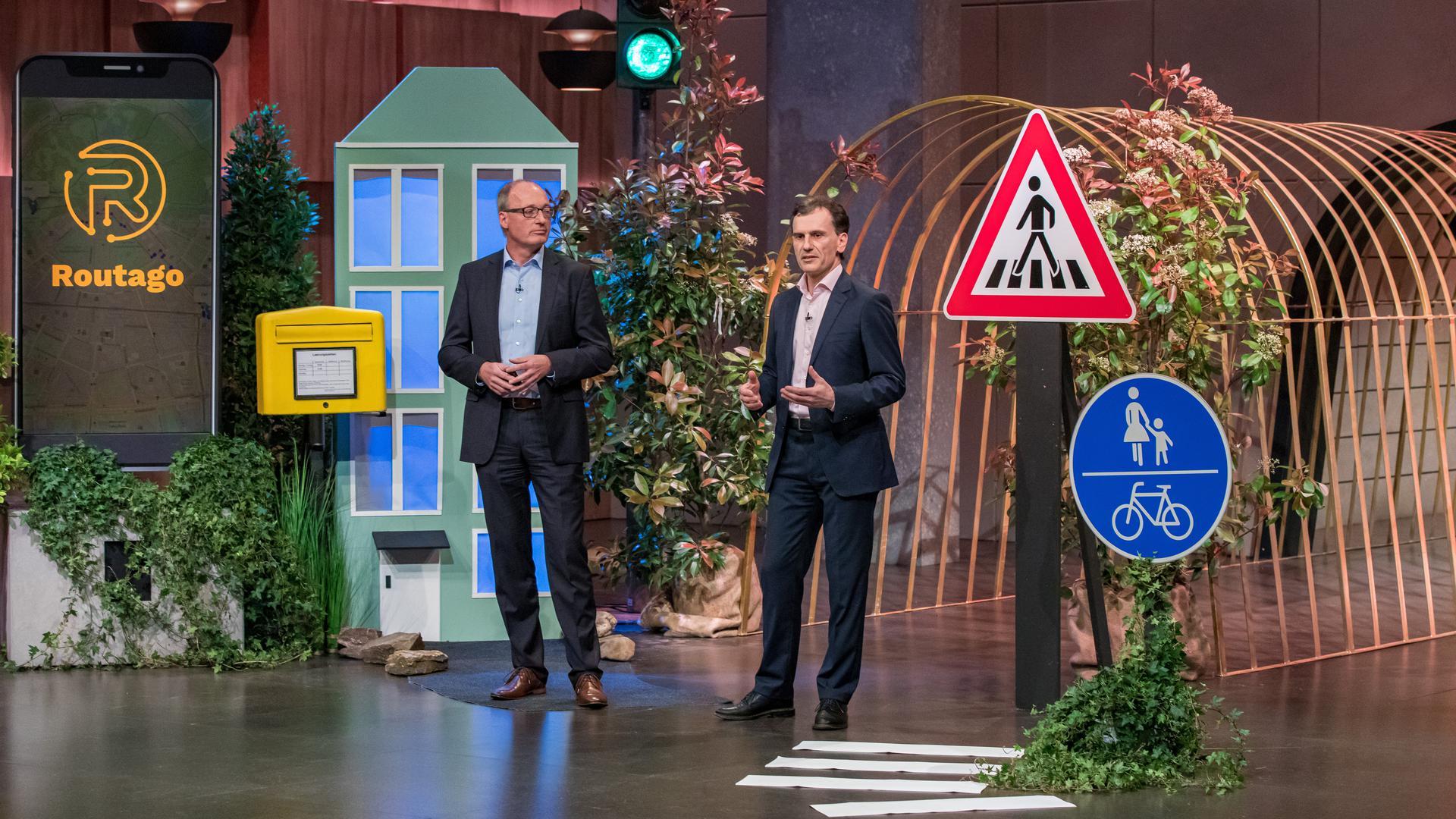 """In der """"Höhle der Löwen"""": Gerd Güldenpfennig (links) und Stefan Siebert von """"Routago""""aus Ettlingen präsentieren ihre Idee in der Fernsehshow auf Vox. Die finale Folge wird am 7. Juni ausgestrahlt."""