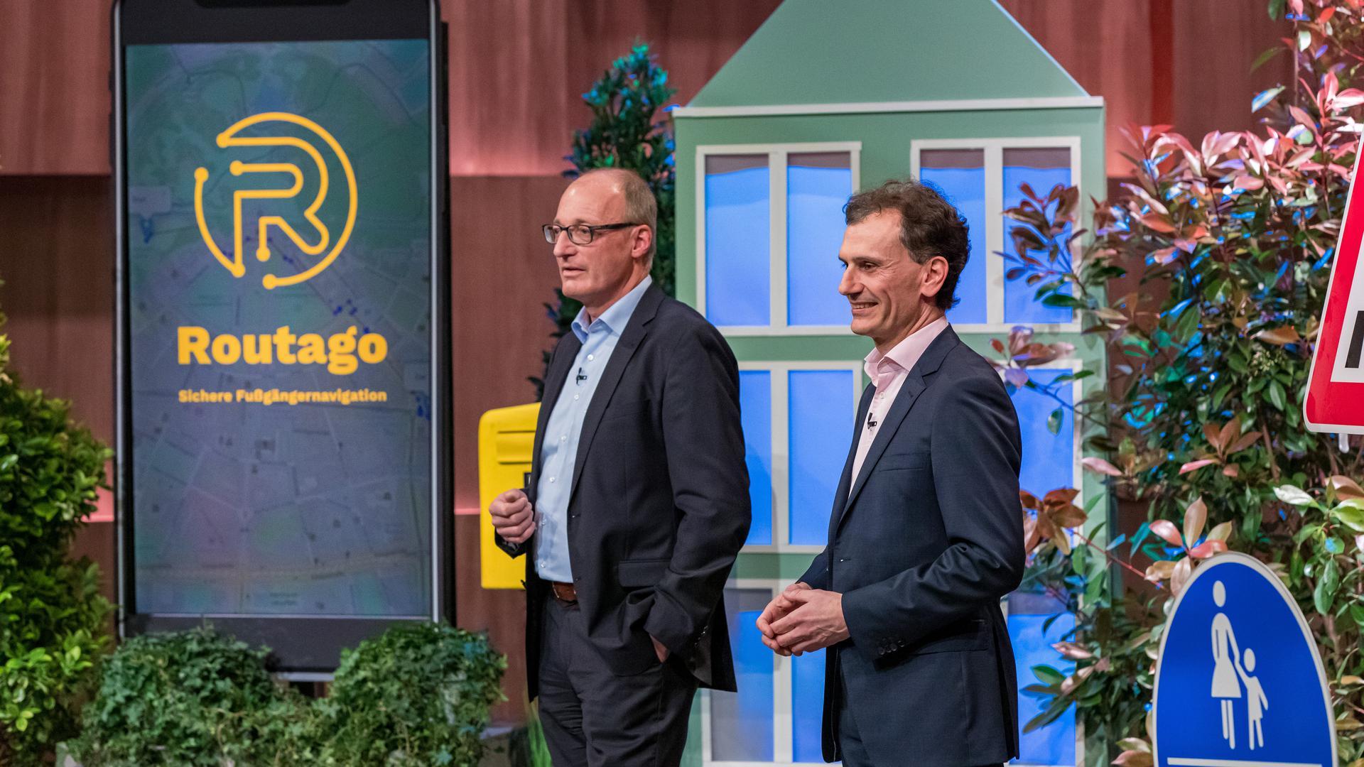 """Gerd Güldenpfennig (links) und Stefan Siebert von der Firma Routago aus Ettlingen werben bei """"Die Höhle der Löwen"""" für ihre App."""