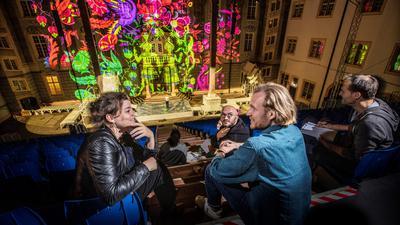 Menschen im Gespräch, illuminierte Bühne