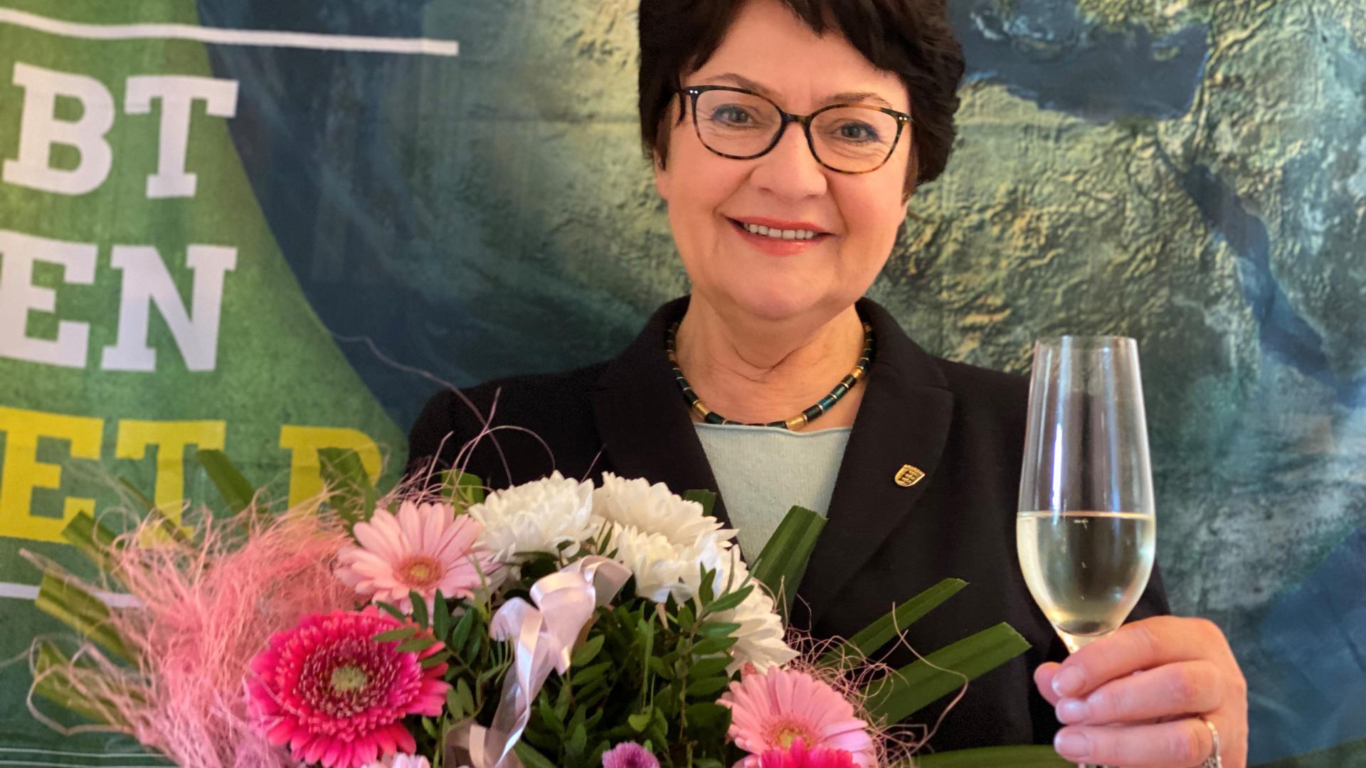 Barbara Saebel mit Sektglas
