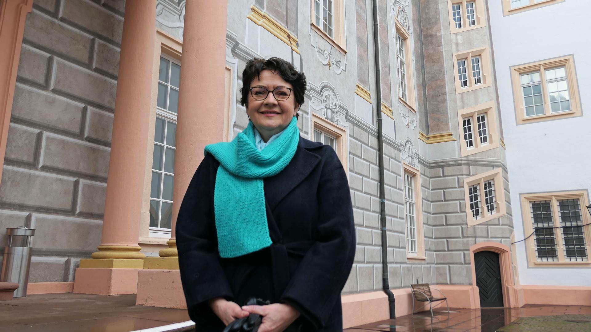 Vor historischer Kulisse am Ettlinger Schloss: Die Grünen-Abgeordnete Barbara Saebel bewirbt sich erneut um ein Mandat im baden-württembergischen Landtag.