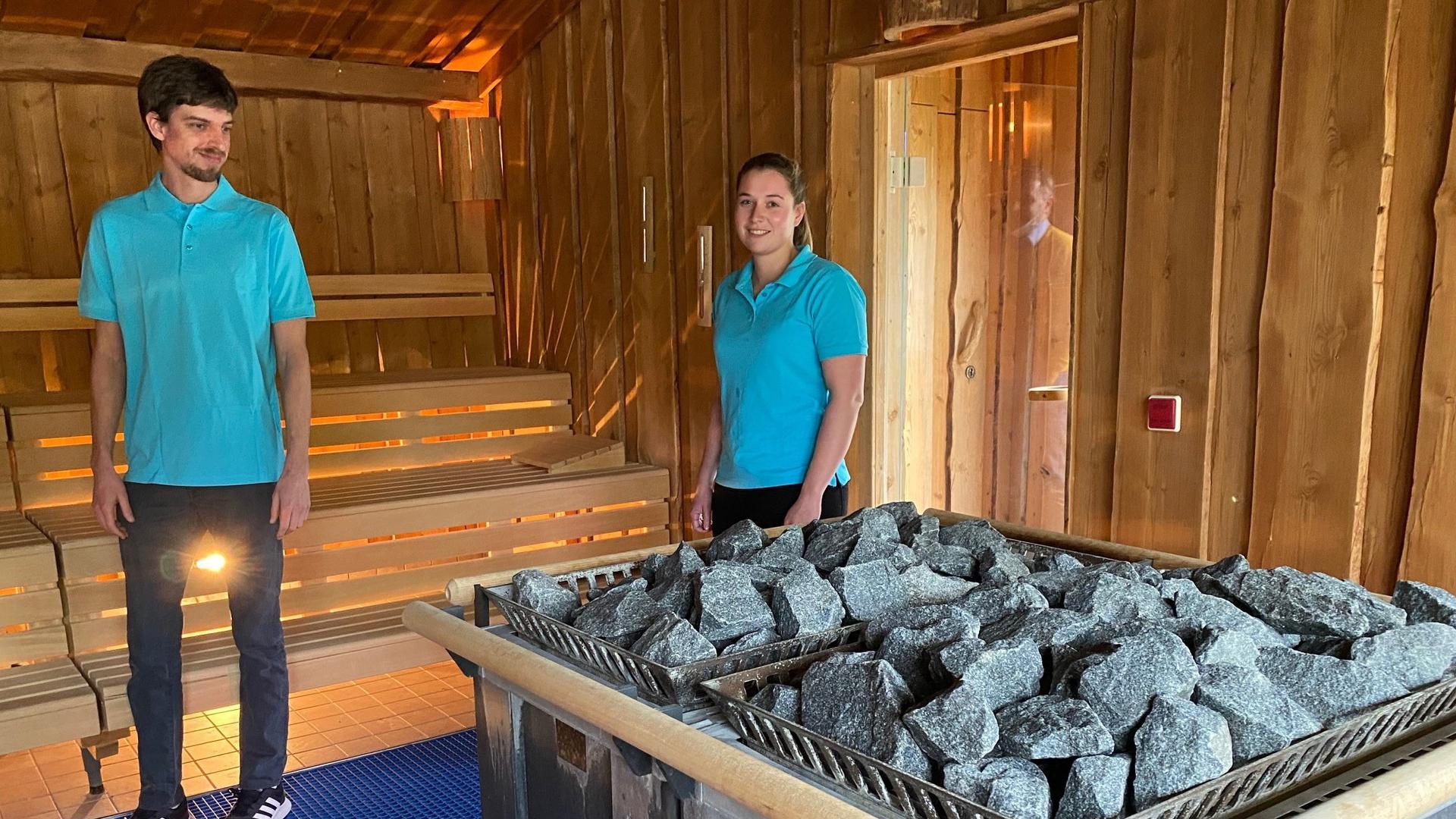 Zwei Mitarbeiter in der Sauna im Hallenbad in Ettlingen