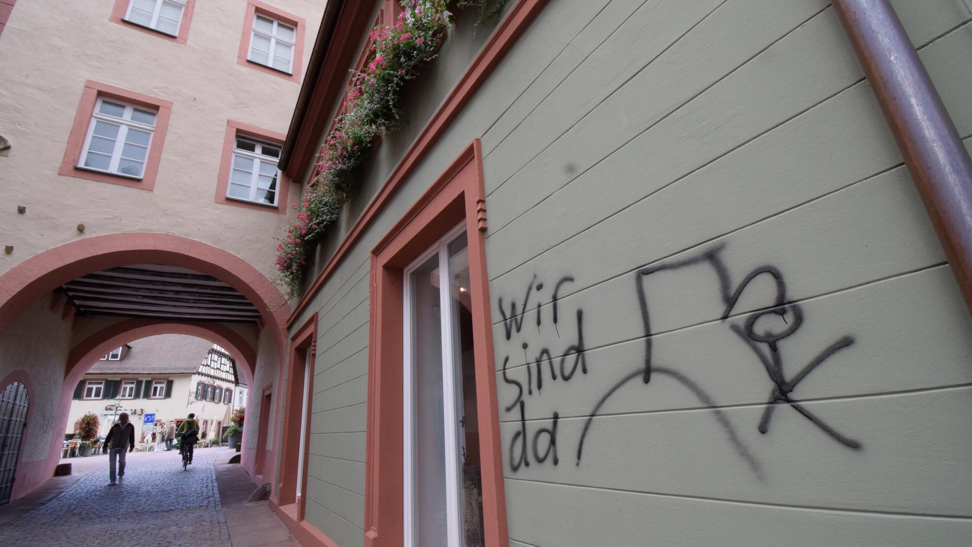Drohung an der Wand zu den Ratsstuben: Ein 37-Jähriger hat nachts in Ettlingen Hauswände und Wahlplakate mit Schmierereien versehen.