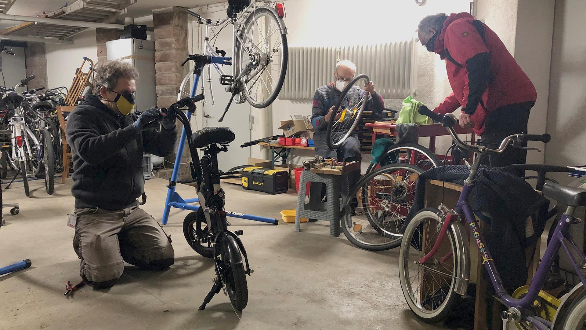 Ersatzwerkstatt in der Doppelgarage  Während der Corona-Zeit reparieren Stefan Quellmalz, Werner Stiffel und Manfred Krause (von links) von der Schraubergruppe die Fahrräder auf privatem Grund.