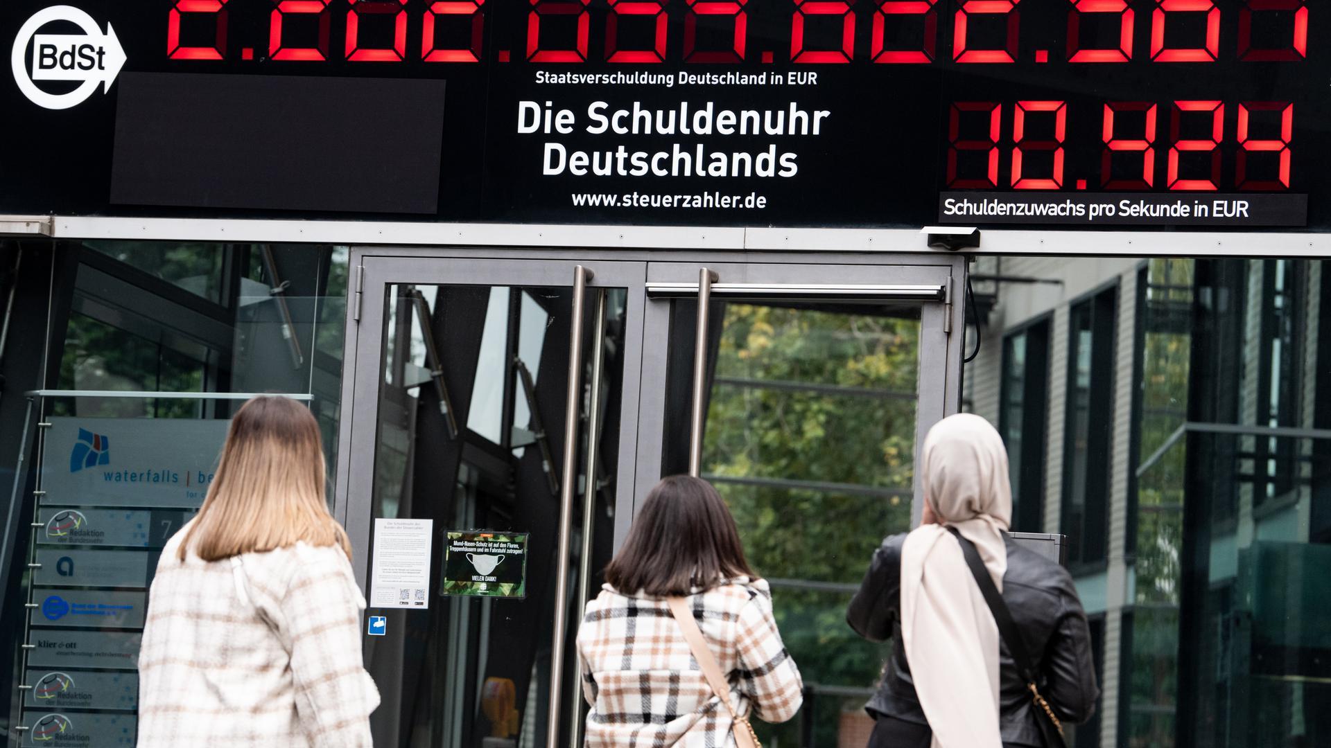 Die Schuldenuhr am Gebäude des Bundes der Steuerzahler in Mitte zeigt einen neuen Höchststand an. Zum ersten Mal in ihrer 25-jährigen Geschichte steigt die Gesamtschuldenlast von Bund, Ländern und Gemeinden um mehr als 10.000 Euro pro Sekunde, genau um 10.424 Euro pro Sekunde. +++ dpa-Bildfunk +++