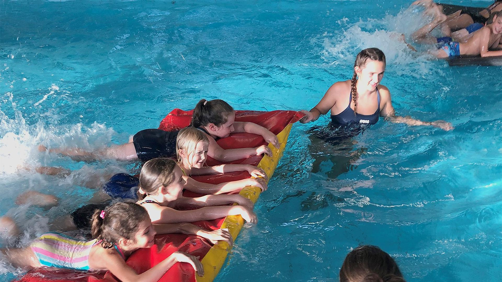 Matte mit vier Außenbordmotoren:  Zu Beginn der einstündigen Übungseinheit des Nichtschwimmer-Kurses der DLRG Malsch strampeln die Kinder sich warm.