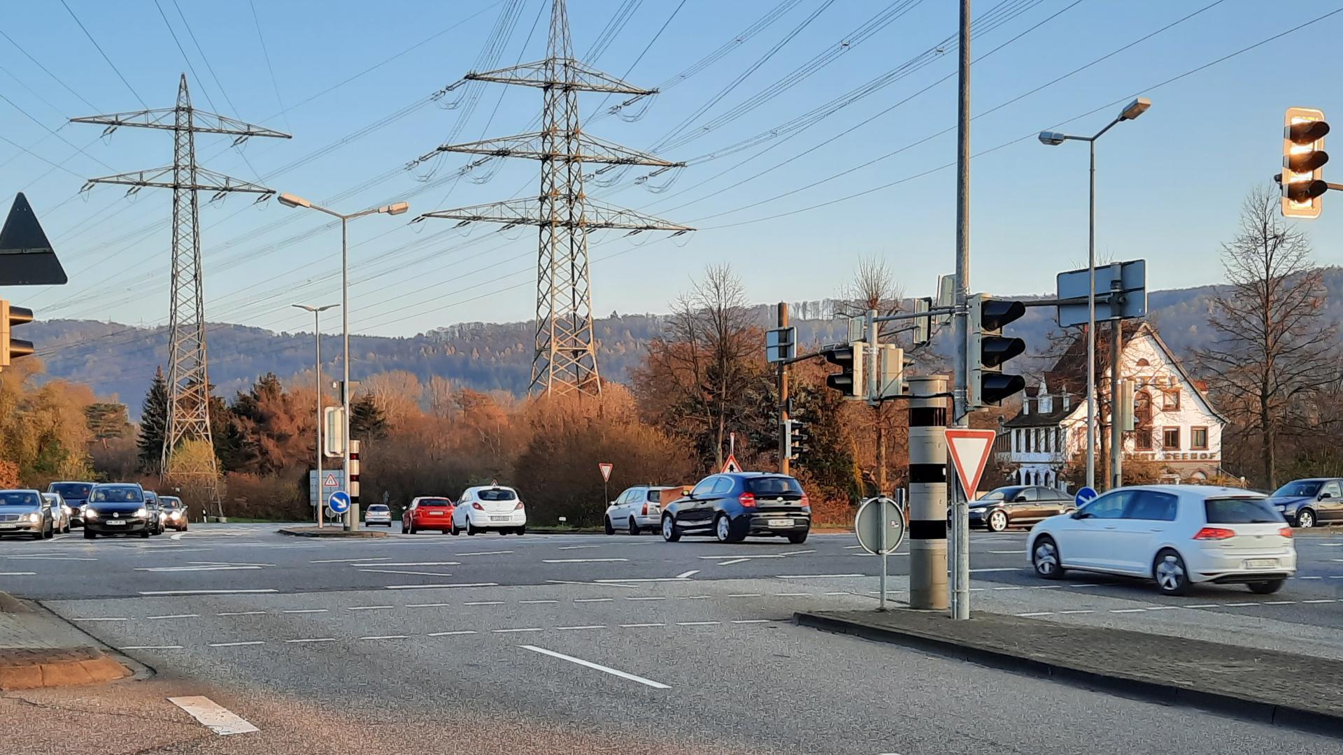 Registriert Rotlicht- und Geschwindigkeitsverstöße: Der stationäre Blitzer an der Seehof-Kreuzung