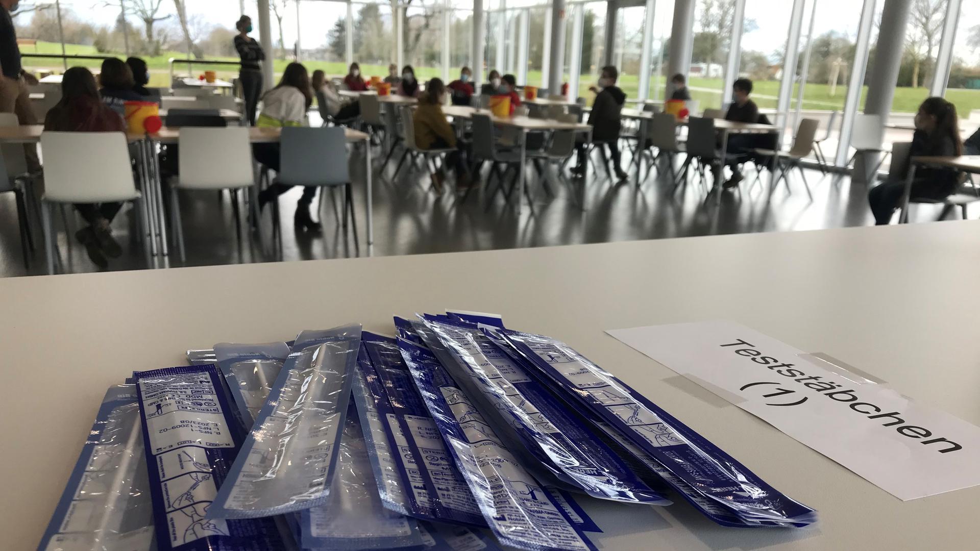 Testungen in der Mensa: Am Albertus-Magnus-Gymnasium in Ettlingen konnten sich die ersten Schüler am Montag einem Corona-Selbsttest unterziehen.