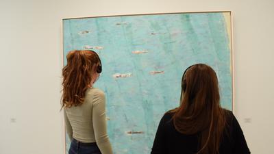 Zwei Frauen stehen vor einem Gemälde