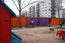 Blickfang auf dem Kinderspielplatz: Ettlinger Künstler des Vereins 913 Studio gestalten Garagenwände durch Graffiti