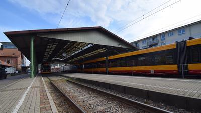 Die S1 von Ettlingen Richtung Bad Herrenalb fährt in den Ettlinger Stadtbahnhof ein.