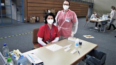 Zwei Mitarbeiterinnen im Testzentrum