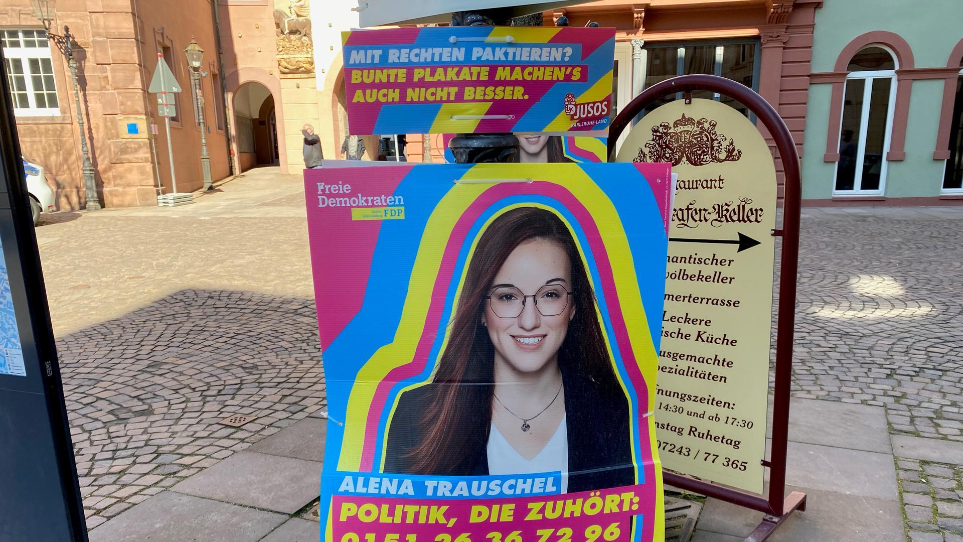 """Provokation: Die Aufschrift """"Mit Rechten paktieren? Bunte Plakate machen's auch nicht besser"""" ist seit Samstag über einem Wahlplakat der FDP-Landtagskandidatin Alena Trauschel in Ettlingen zu lesen."""