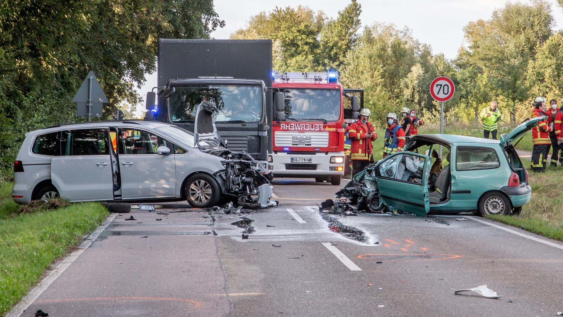 Unglücksfahrzeuge: Auf der L607 bei Ettlingen-Oberweier kollidierten am Montagabend ein Motorradfahrer und zwei Autos. Ein Autofahrer kam ums Leben.
