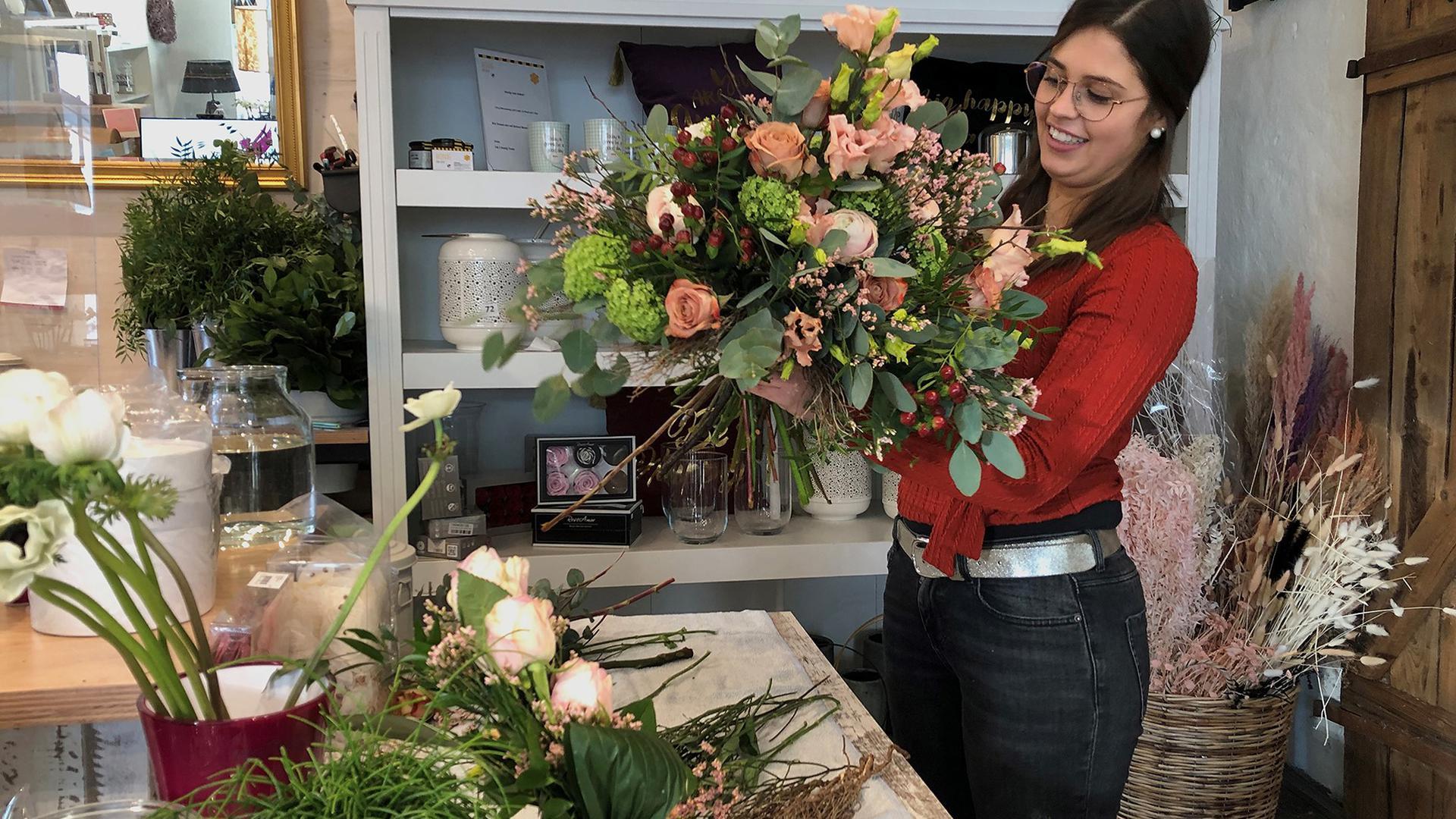 Frau beim Blumenbinden