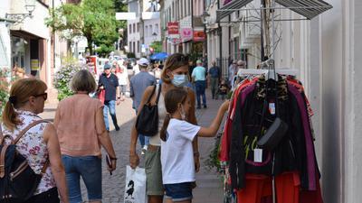 Shoppen am Sonntag: Viele Menschen nutzten die Gelegenheit, in den Geschäften in der Ettlinger Innenstadt zu stöbern. Es war der erste verkaufsoffene Sonntag seit anderthalb Jahren.