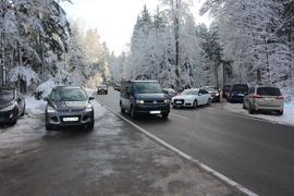 Fahrzeug auf Straße in verschneiten Waldgebiet