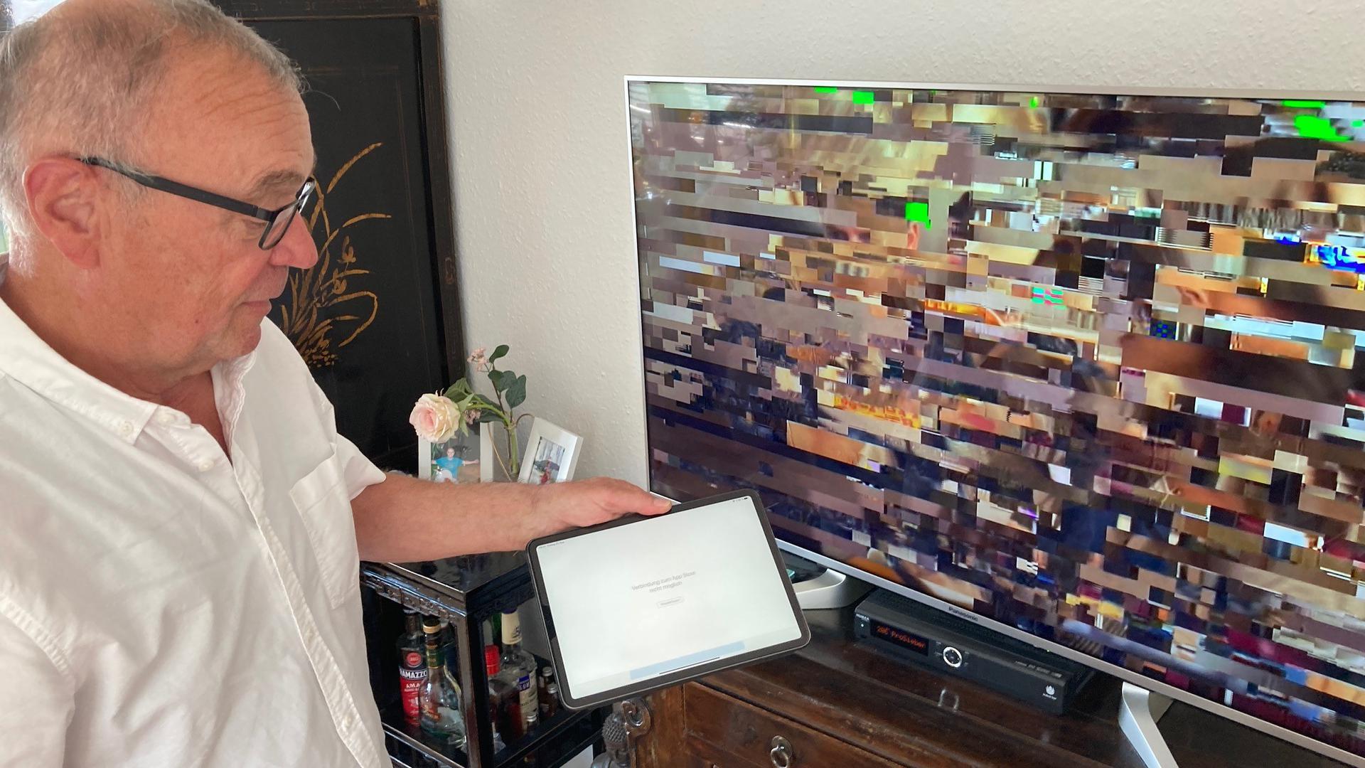 Mann vor Fernseher mit Störung