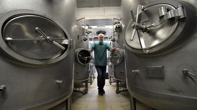 Im Herzen der Brauerei: Rudi Vogel steht im Keller des Vogel Hausbräu in Ettlingen, wo in riesigen Edelstahltanks das Bier aufbewahrt wird. Nicht alle sind zurzeit gefüllt, weil durch Corona der Absatz deutlich zurückgegangen ist.
