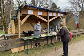 Frau in Holzhütte verkauft Waffeln