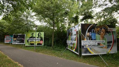 Nicht zu übersehen: Mit Großplakaten werben Parteien am Ettlinger Stadteingang für sich und ihre Themen.