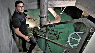 Mann im Wasserwerk
