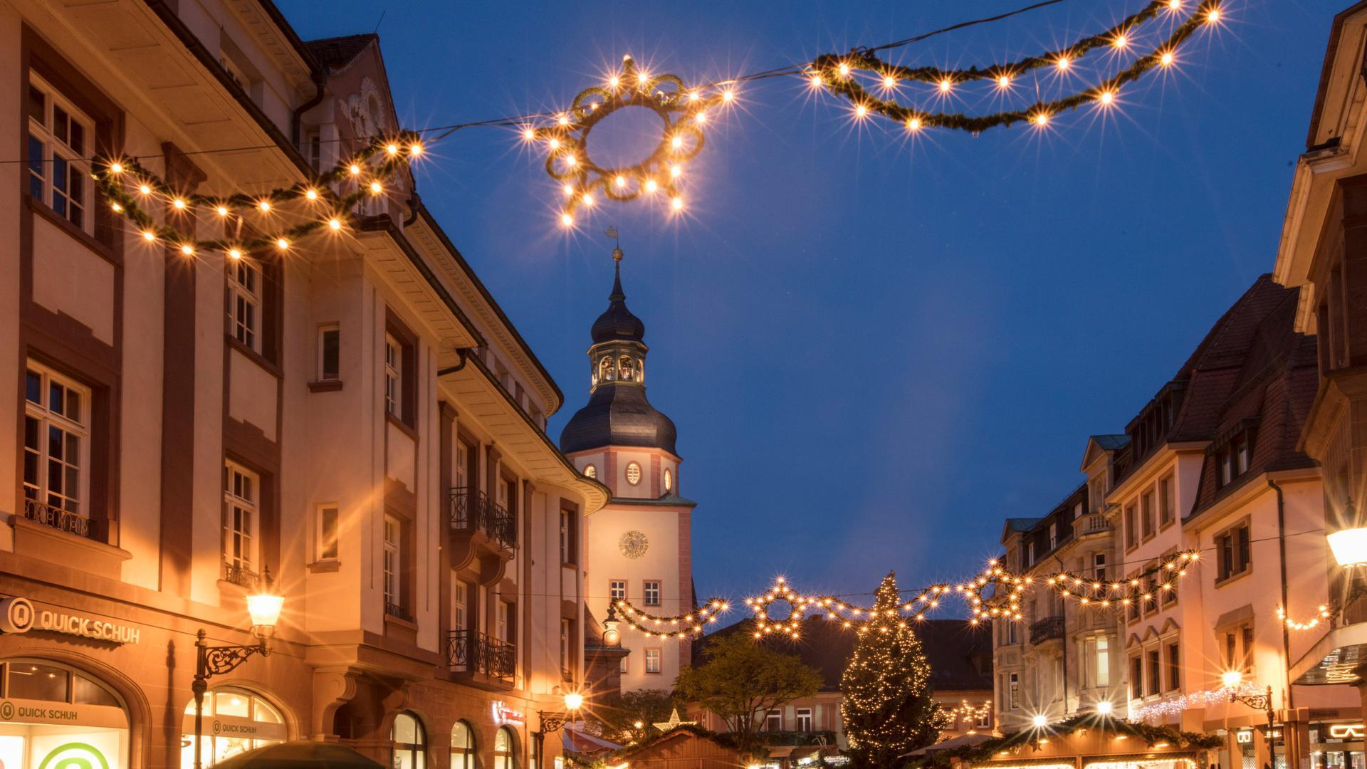 Sterne-Beleuchtung auf dem Weihnachtsmarkt Ettlingen.