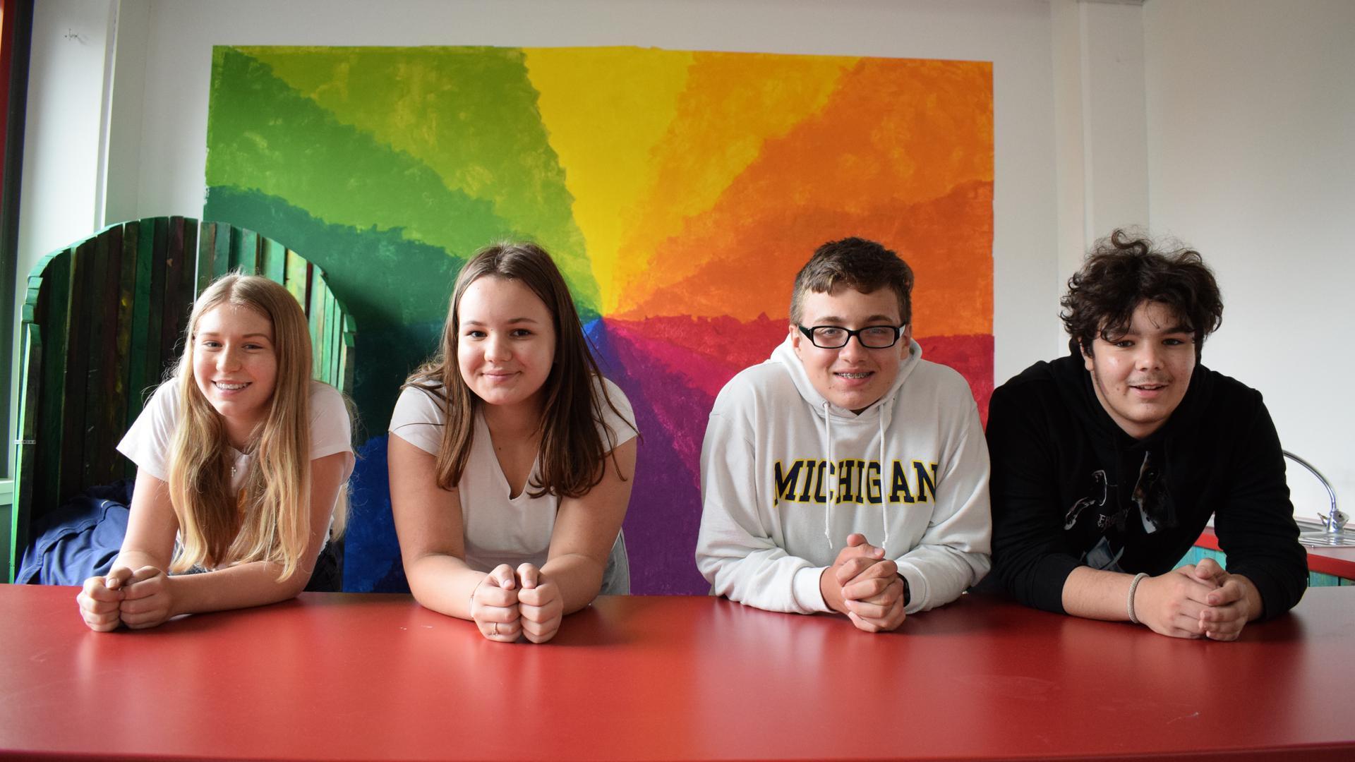 Die Neuntklässler Sina (16), Sara (15), Jonas (14) und Enrico (15) lehnen auf einer Theke in der Pestalozzischule