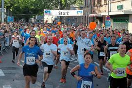 Beste Stimmung bei bestem Wetter: Der 15. Altstadtlauf der Volksbank Ettlingen lockte gestern Abend Läuferinnen und Läufer jeden Alters auf die zehn Kilometer lange Tour.