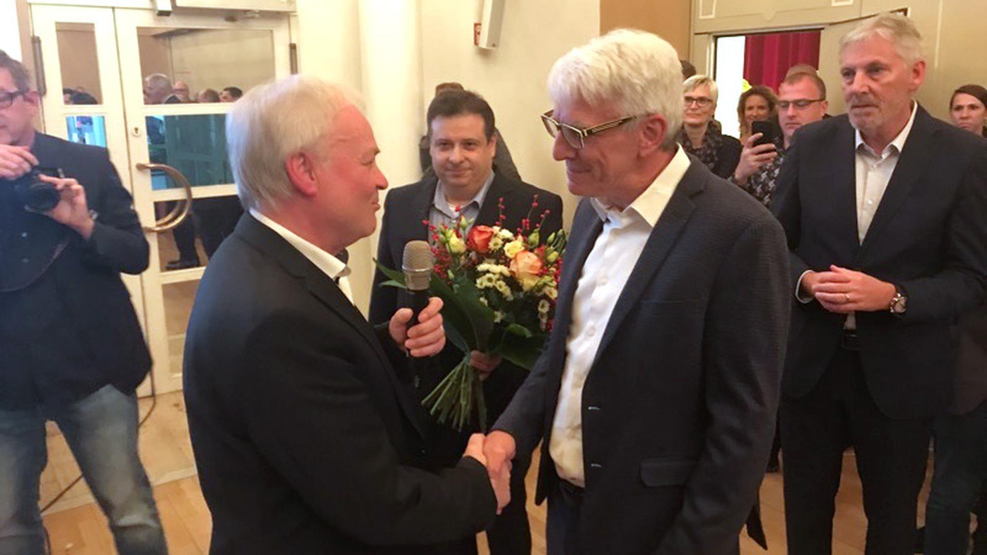 Norbert Mai (Freie Wähler, links) gratuliert Klaus Hoffmann, seinem Nachfolger als Bürgermeister von Bad Herrenalb.