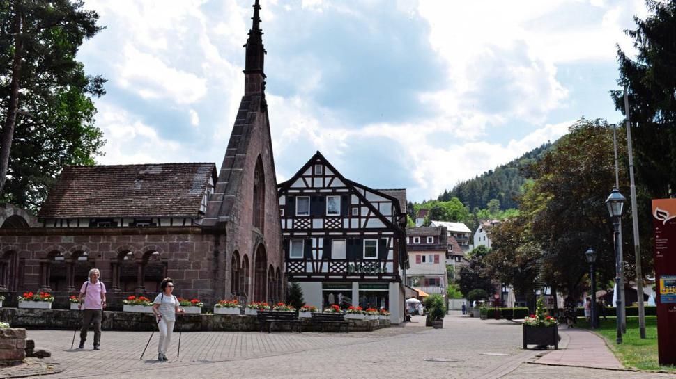 Fachwerkhäuser und ein altes Kloster: Sehenswertes gibt es auch in Bad Herrenalb. Statt im Meer kann man sich hier an der Alb abkühlen und die Füße ins Wasser strecken.