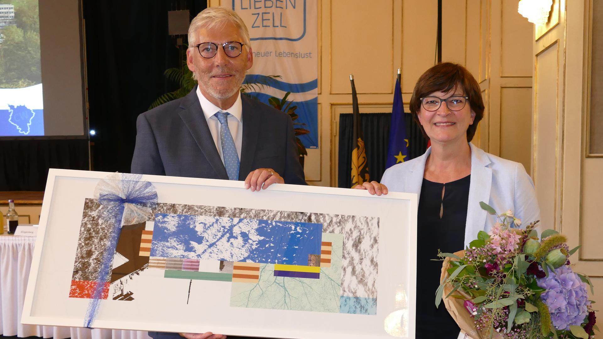 Zur Erinnerung an die Heimat überreichte Landrat Helmut Riegger der scheidenden Kreisrätin Saskia Esken ein Bild aus der Graphik-Edition.