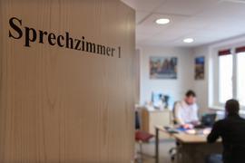 Blick in ein Sprechzimmer einer Hausarztpraxis vom Hausarzt. (zu dpa «Mehr Arztsitze in Thüringen? - Zoff wegen neuer Bedarfsplanung»). +++ dpa-Bildfunk +++
