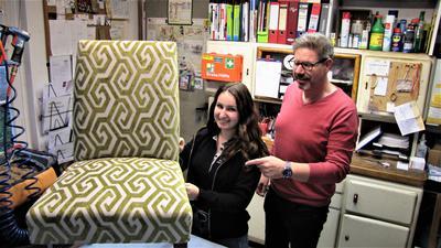 Larissa Gutwein polstert unter den Augen von Chef Christian Romoser einen Sessel neu auf.