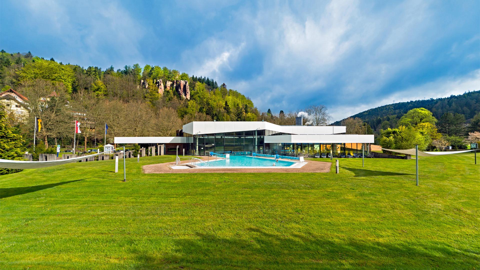 Auf der Schweizerwiese im Bad Herrenalber Kurgebiet steht die Siebentälertherme.