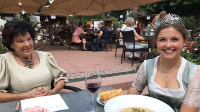 Zwei Frauen, rechts die Weinkönigin