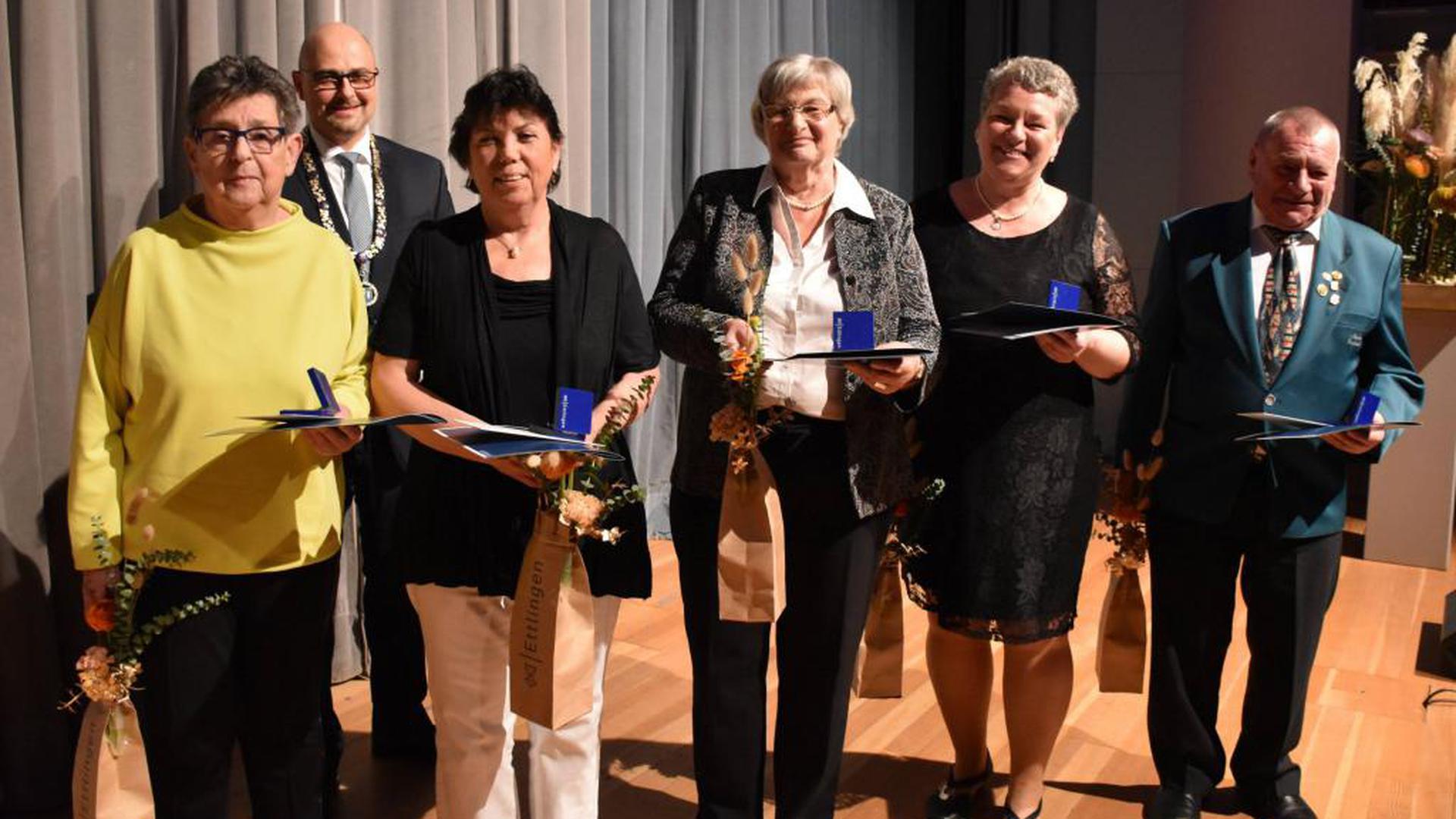 Ehrenmedaillen verlieh Ettlingens Oberbürgermeister Johannes Arnold beim Neujahrsempfang der Stadt. Ausgezeichnet wurden (von links) Ingrid Ehrle, Veronika Bauer, Sibylle Thoma, Nicole Schumacher-Tschan und Bernhard Heinzler.