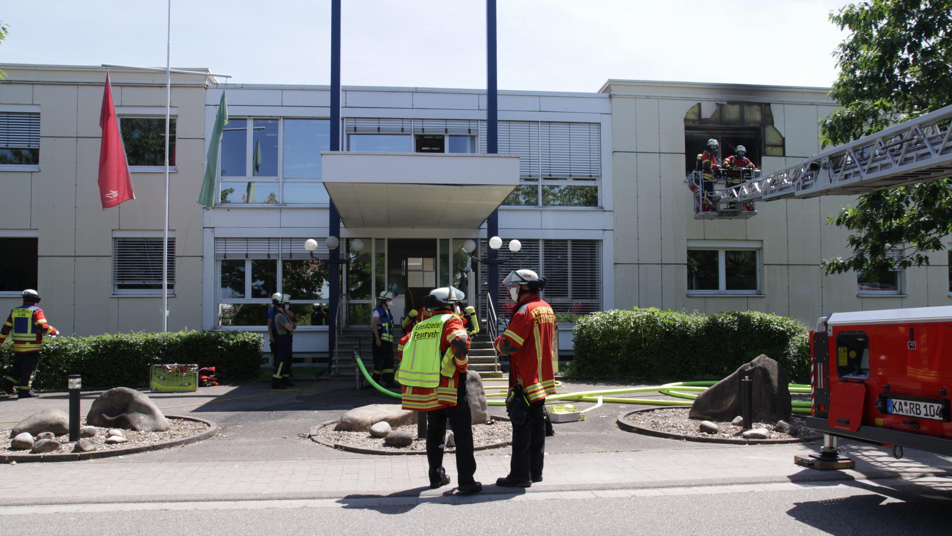 Im Gebäude der Albtal-Verkehrs-Gesellschaft (AVG) in Ettlingen ist nach einem Knall im Gebäude ein Brand ausgebrochen. Laut Informationen der Polizei wird eine Personen wegen einer Rauchgasvergiftung behandelt.